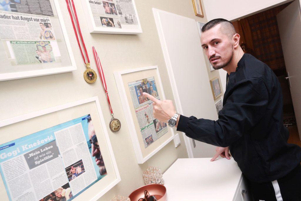 """""""Meine Wohnung ist heute ein richtiges Box-Museum"""", sagt Gogi als er uns in seiner Wohnung zum Interview empfing. (FOTO: Radule Bozinovic)"""