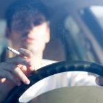 Rauchen am Steuer ist genauso gefährlich wie SMS-Schreiben