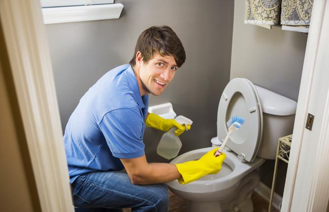 diese 8 dinge sollte man beim toiletten putz unbedingt beachten kosmo. Black Bedroom Furniture Sets. Home Design Ideas