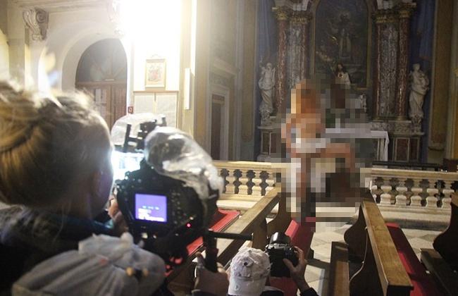 nackt in der kirche