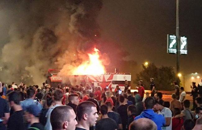Crvena-Zvezda-Bus-brennt-ab