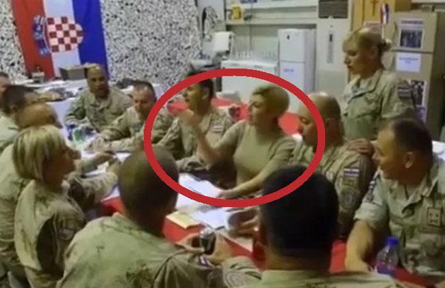 Kolinda-singt-mit-Soldaten-Afghanistan