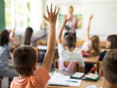 Schulklasse_Kinder_aufzeigen