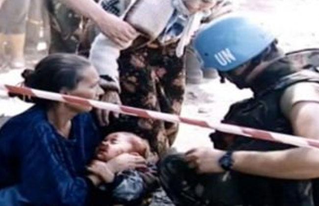 Srebrenica-Kind-verwundet-UN-Soldat
