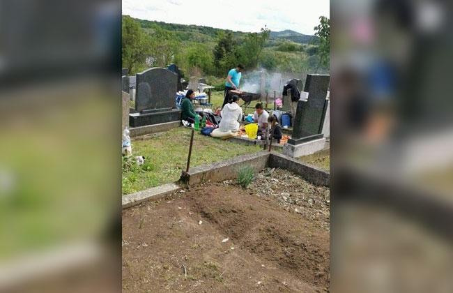 Serbische-Familie-grillt-auf-Friedhof1