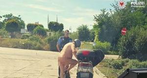 Nackter Mann auf Motorroller
