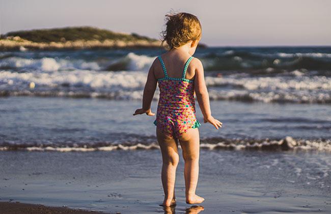 Kind alleine am Strand