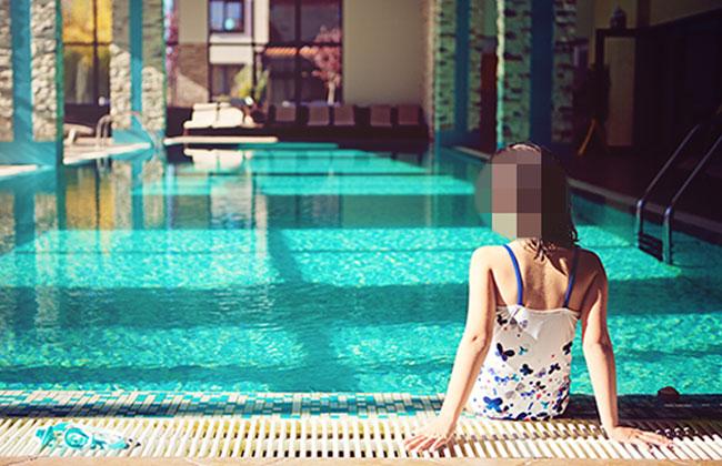 Mädchen im Schwimmbad