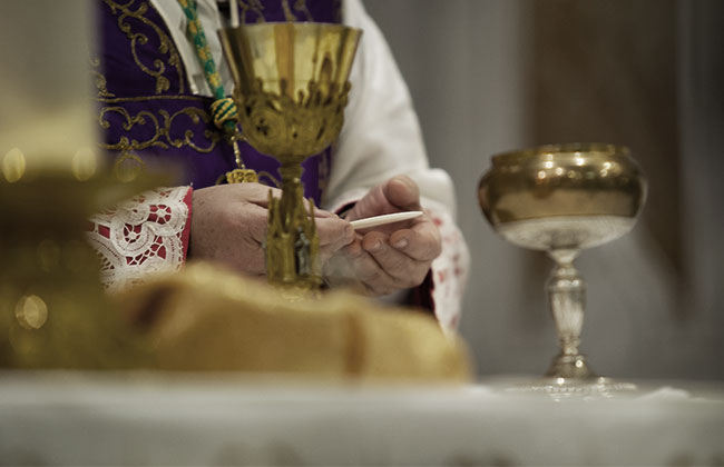 RELIGION_KATHOLISCH_PRIESTER_KIRCHE_MESSE