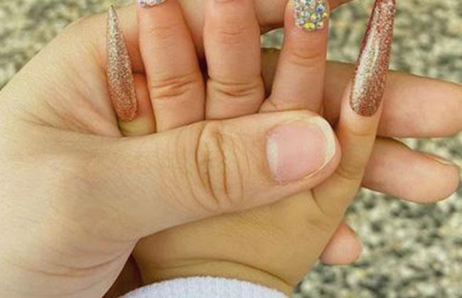 BABY_HAND_NAGEL