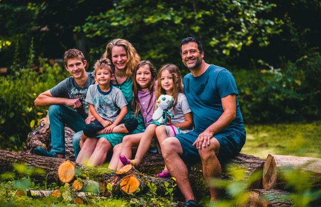 Freilernen statt Schulunterricht: Wir trafen Familie Siakkos
